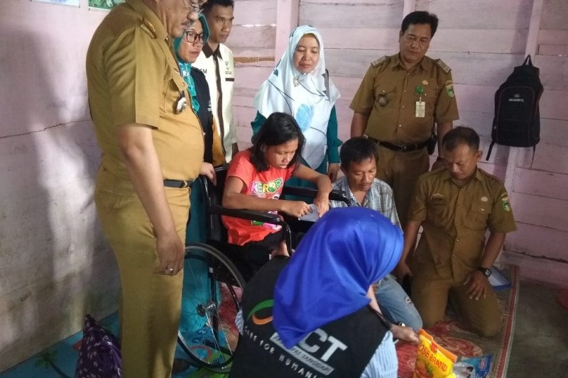 ACT Lampung serahkan kursi roda bagi penderita lumpuh