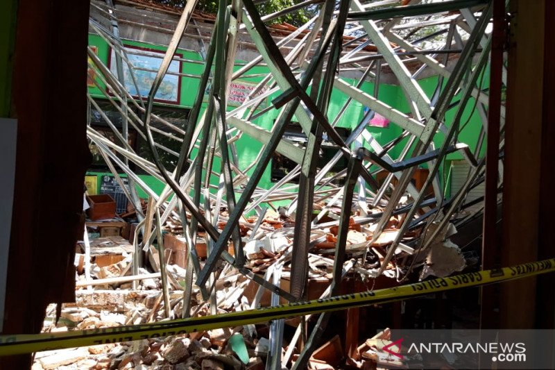 Siswa dan guru tewas tertimpa reruntuhan atap sekolah di Kota Pasuruan