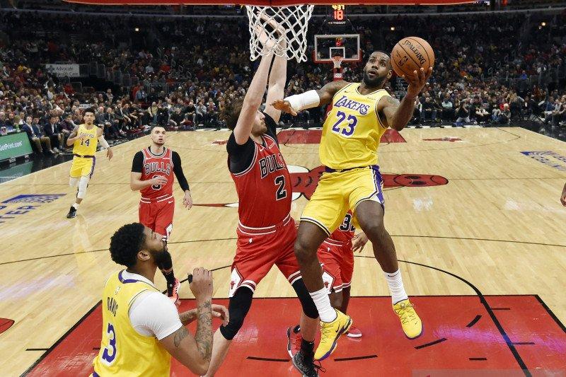 """LeBron James ukir """"triple-double"""" untuk bantu LA Lakers taklukkan Bulls"""