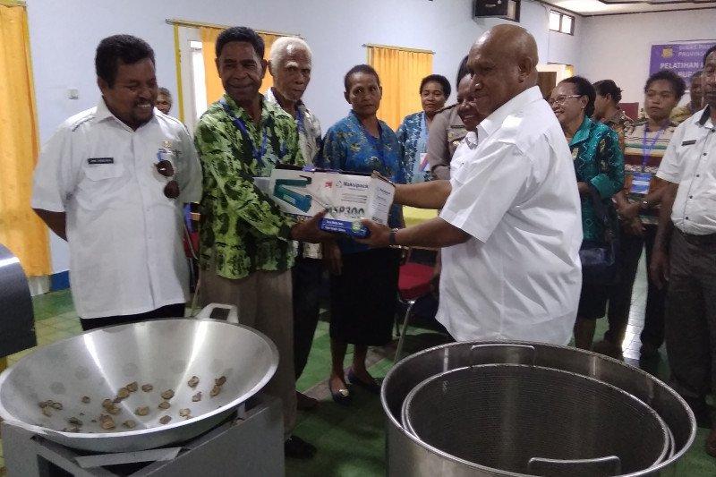 Dispar Papua salurkan bantuan peralatan masak ke kelompok usaha wisata Biak