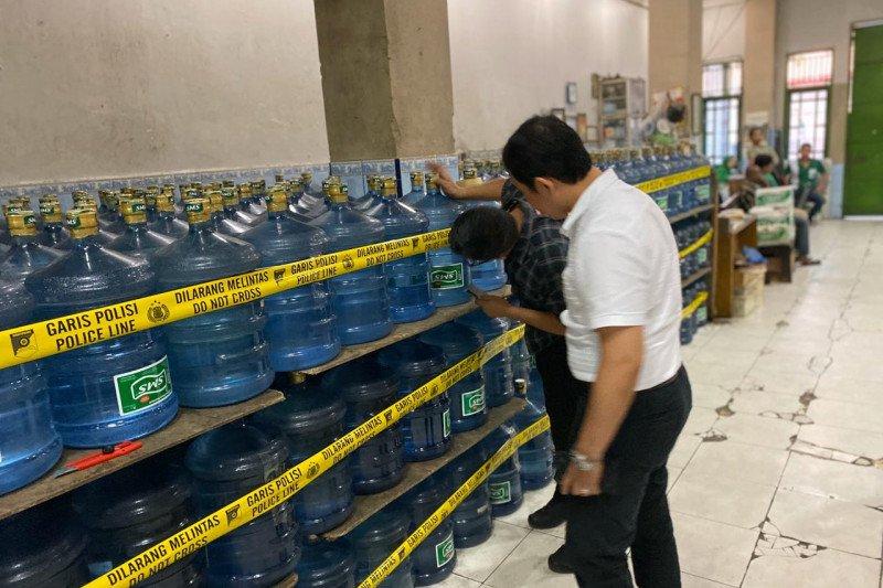 Diduga bersumber dari air PDAM, pabrik air minuman kemasan merek SMS disegel polisi