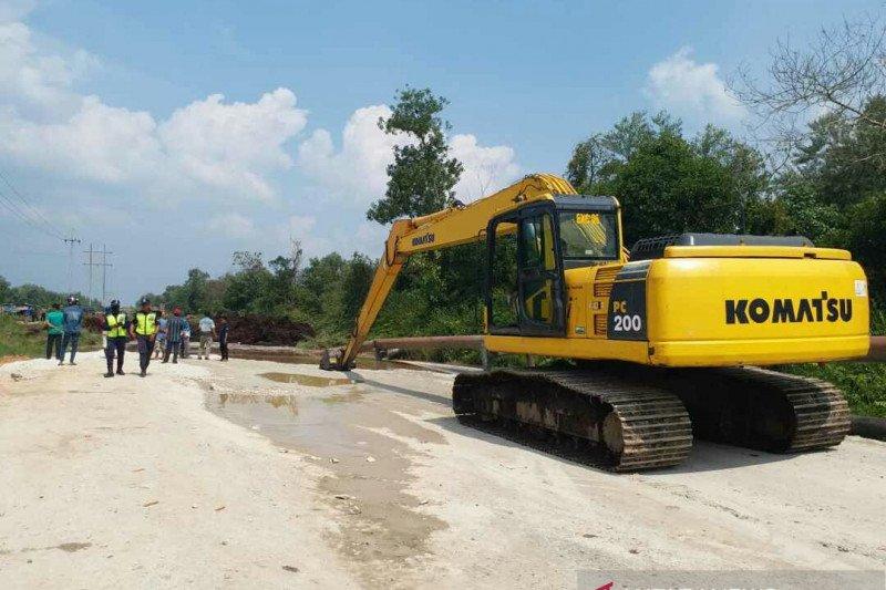 Dinas PU Siak turunkan ekskavator perbaiki jalan amblas yang benamkan truk