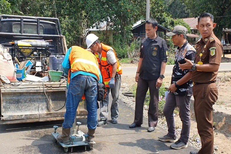 TP4D Kejari Bartim periksa peningkatan ruas jalan Mangkarap-Gumpa senilai Rp1,6 miliar