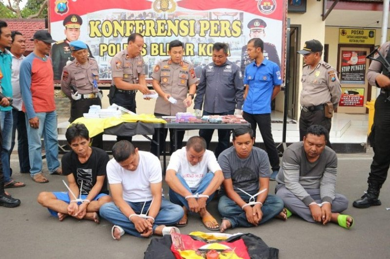 Polisi Blitar tahan lima pelaku terkait penggandaan uang