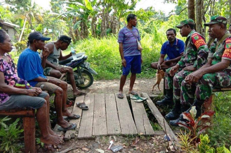 Babinsa Yapen Tmur ajak warga dukung listrik masuk kampung