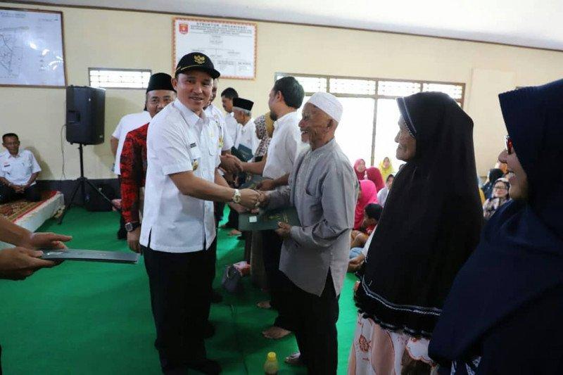 Bupati Lampung Barat serahkan 488 sertifikat