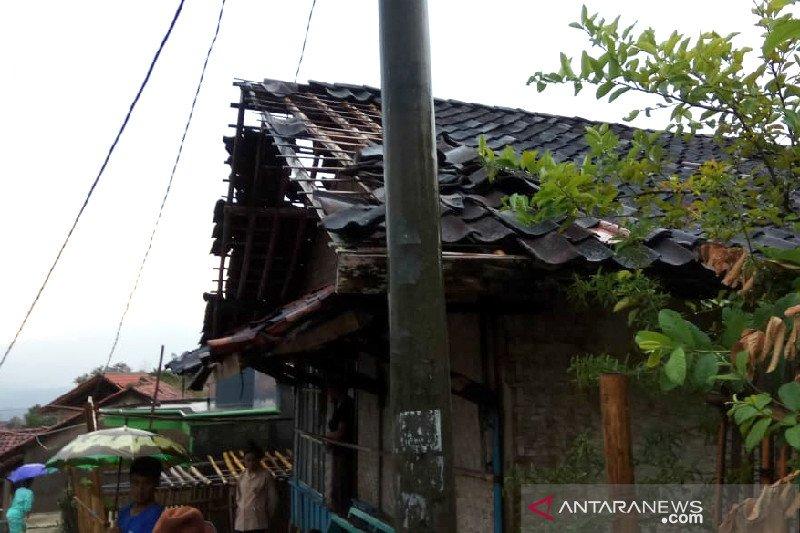 Angin puting beliung rusak rumah warga di Selaawi Garut