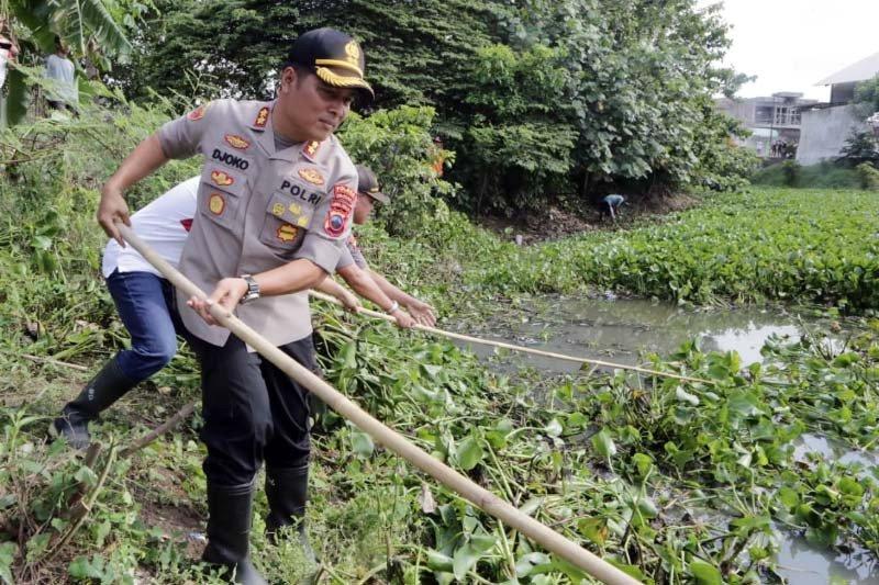 Antisipasi banjir, Polres dan Pemkab Cilacap bersih-bersih sungai di Sidareja