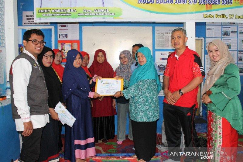 Lima peserta Program Keluarga Harapan di Padang Panjang lepas bantuan