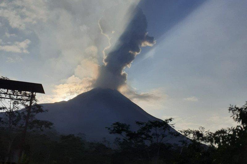 Gunung Merapi meletus, hujan abu tipis di Sawangan-Dukun Magelang