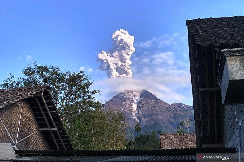 Hujan abu tipis Gunung Merapi terjadi di Sawangan dan Dukun Magelang