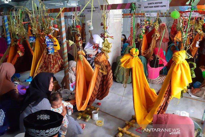 Puluhan balita diayun dalam tradisi Baayun Maulid di Barito Utara