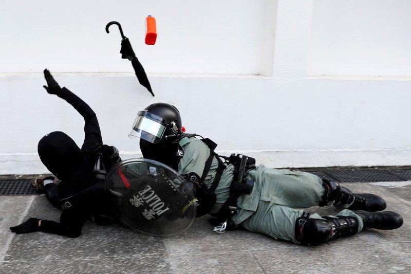 Polisi Hong Kong menembakkan gas air mata ke dalam kampus
