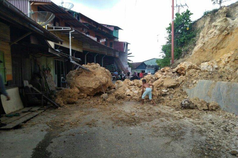 Longsoran batu ganggu  lalu lintas kendaraan di Gunungsitoli