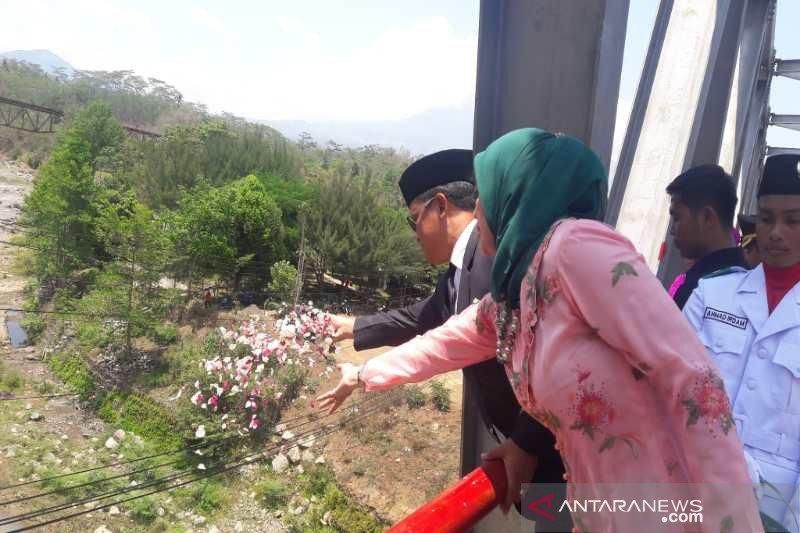 Hari Pahlawan, pejabat Temanggung tabur bunga di Jembatan Progo
