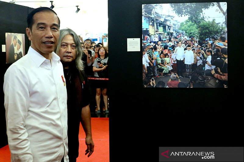 Jokowi tinjau pameran foto