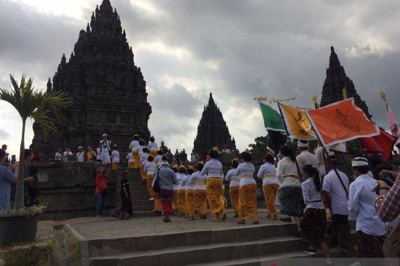 Sucikan Candi Prambanan, umat Hindu laksanakan Abhiseka