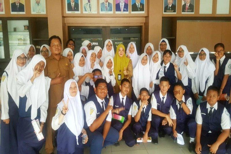 Puluhan pelajar SMPN 1 Sampit datangi DPRD Kotim