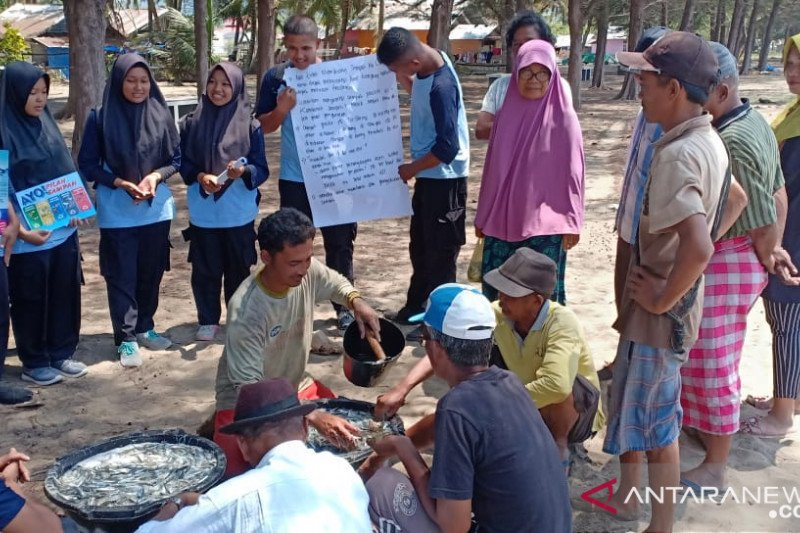 Students of Vocational High School 2 of Painan study marine ecosystems