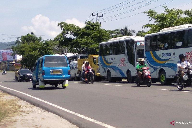 Antrean kendaraan beli solar bersubsidi di Biak hingga ke jalan raya