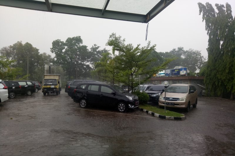 Angin puting beliung dan hujan deras landa  sebagian Sumsel