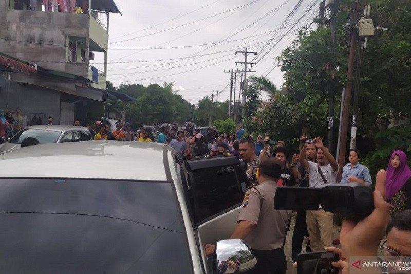 Polisi bawa 4 orang dari rumah terduga pelaku bom bunuh diri