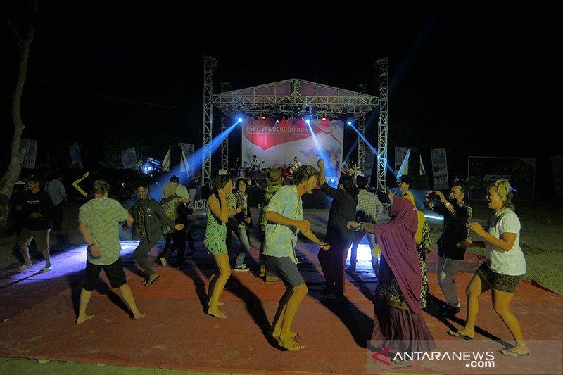 Wisatawan Brasil dan Australia nikmati Bekudo Bono di Semenajnung Kampar Riau
