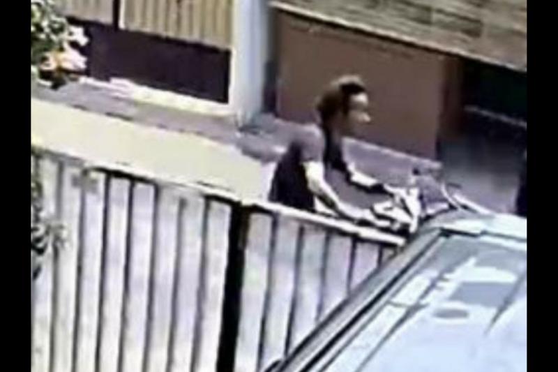 Ciri penyiram cairan kimia ke siswi SMP tertangkap CCTV