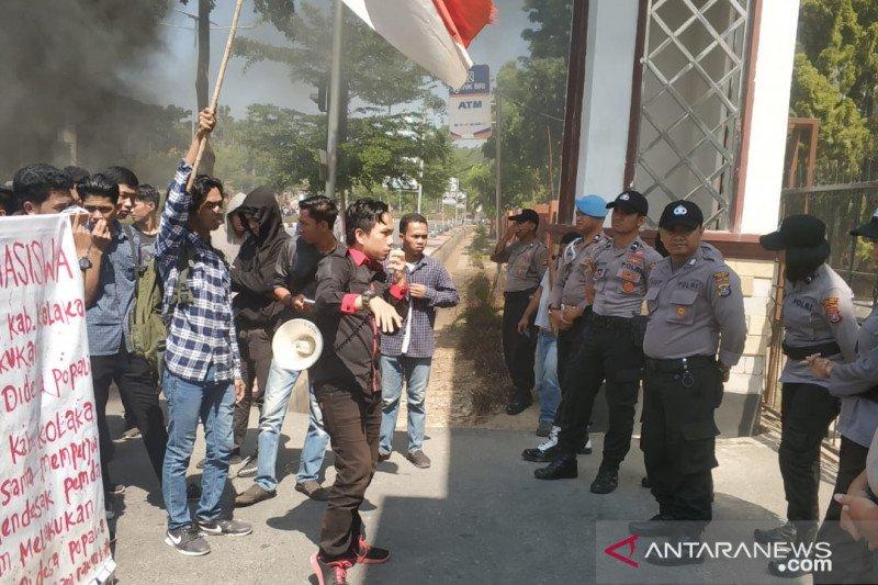 Mahasiswa Kolaka gelar unjuk rasa tuntut pengaspalan jalan