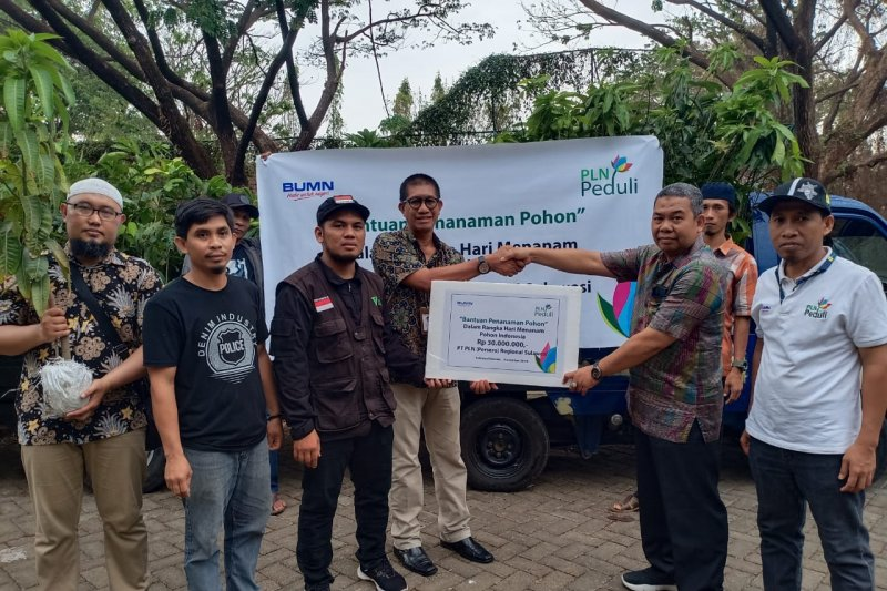 PLN serahkan bantun 675 bibit pohon kepada DPLH Sulsel