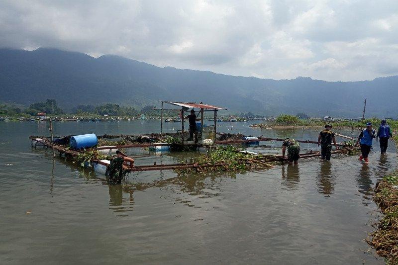 Enceng Gondok dan Keramba Jaring Apung di Danau Maninjau dibersihkan tim gabungan