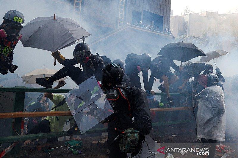 Polisi Hong Kong  bubarkan unjuk rasa dengan tembakkan gas air mata