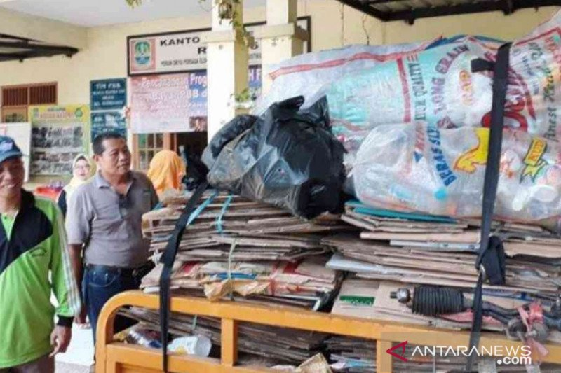 Warga Mustikaya bayar PBB pakai sampah
