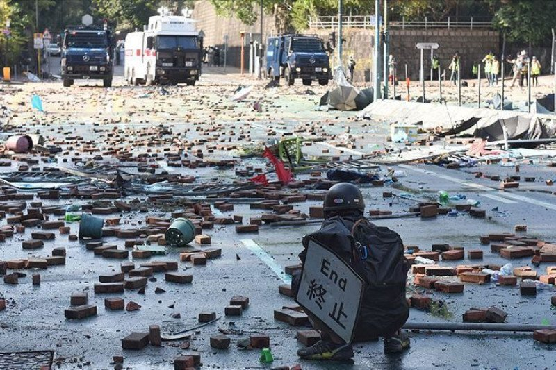 Polisi Hong Kong tembus barikade di kubu pemrotes