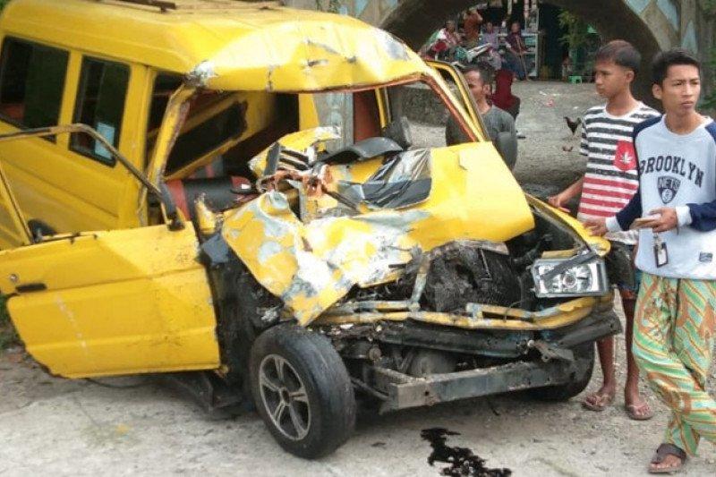 Kronologi tabrakan bus NPM dan angdes yang menewaskan satu orang