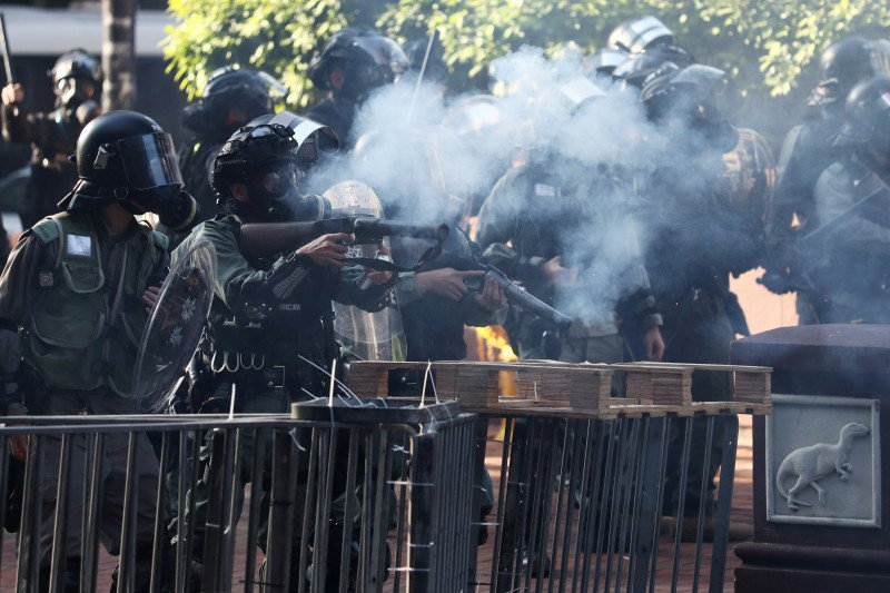 Polisi Hong Kong tembakkan gas air mata ke pendemo di kampus