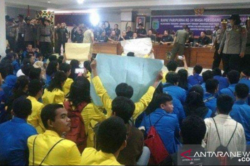 Ratusan warga unjuk rasa tolak proses hukum peladang sebabkan Karhutla