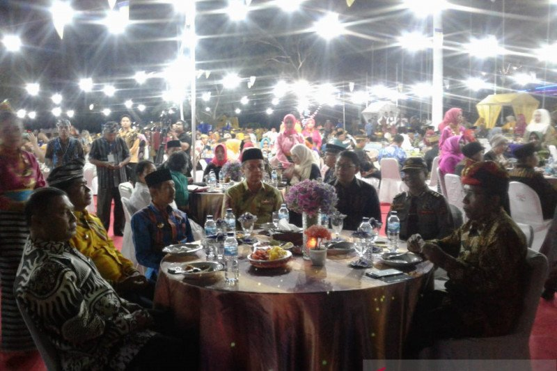 Peserta Festival Keraton ASEAN nikmati makan malam di puncak Palagimata Baubau