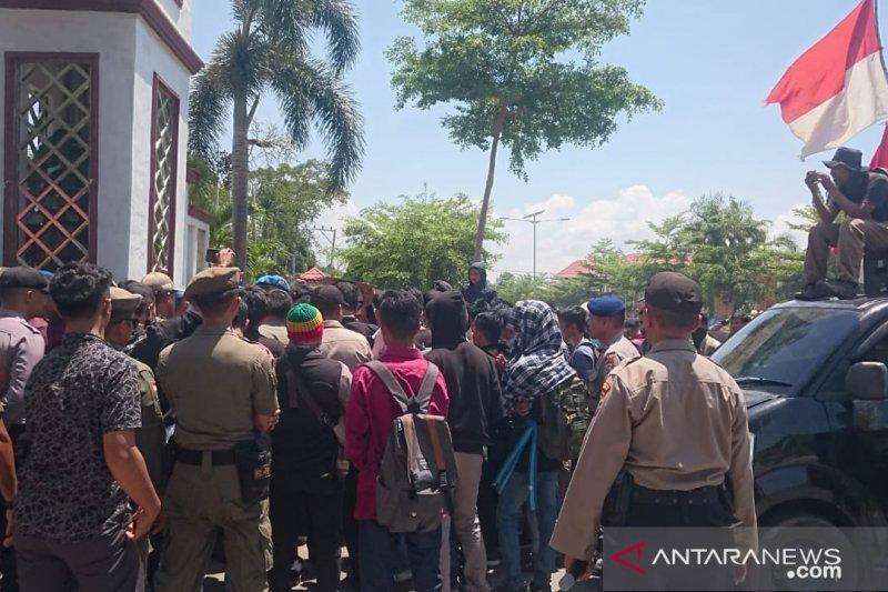 Mahasiswa kembali berunjuk rasa tuntut pengaspalan jalan kampus