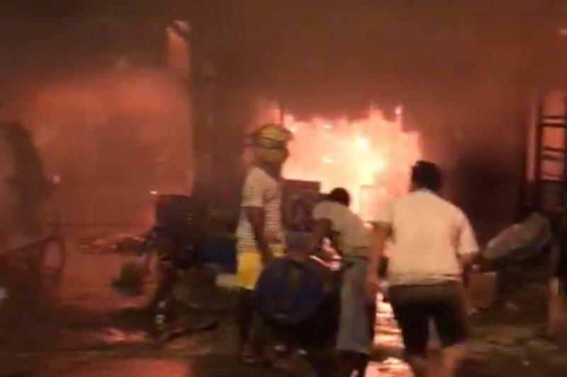 Tujuh petak kios dan cucian motor ludes terbakar di Abepura
