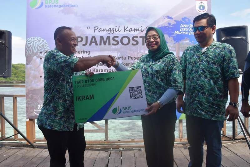 Wakil Gubernur Sulbar serahkan 20.035 kartu BPJS Ketenagakerjaan