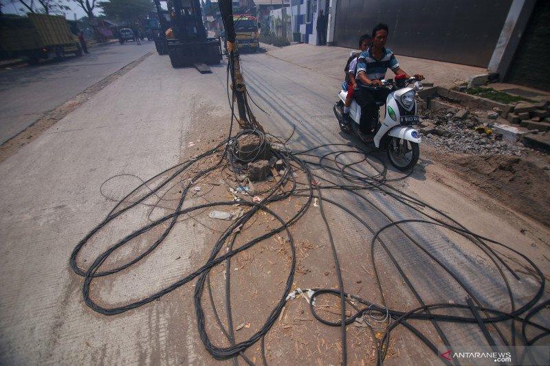 Hati-hati, ada kabel listrik berserakan di tengah jalan