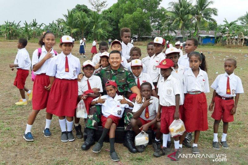 Komandan Pos TNI AL Ilwayab sering jadi guru bagi anak-anak pesisir