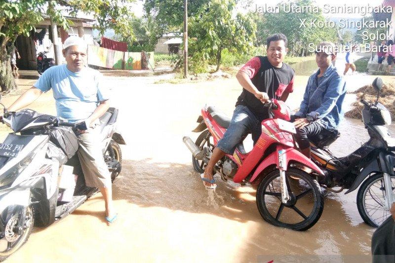 Longsor terjadi di beberapa titik di Kabupaten Solok, akses lalu lintas terganggu