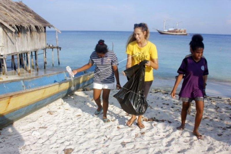 Bersihkan pantai