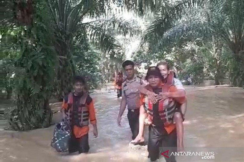 VIDEO - Perjuangan tim penyelamat gendong manula evakuasi korban banjir Rohul