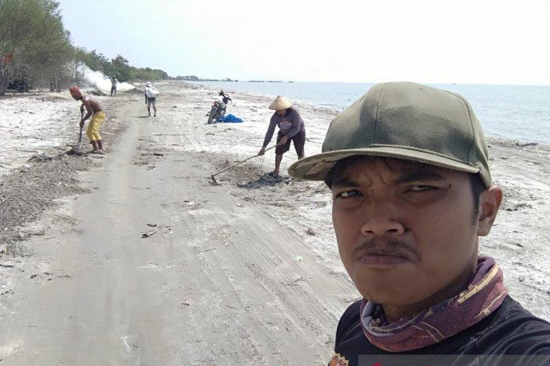 Widianto, penjaga sampah pantai dari Lampung Timur