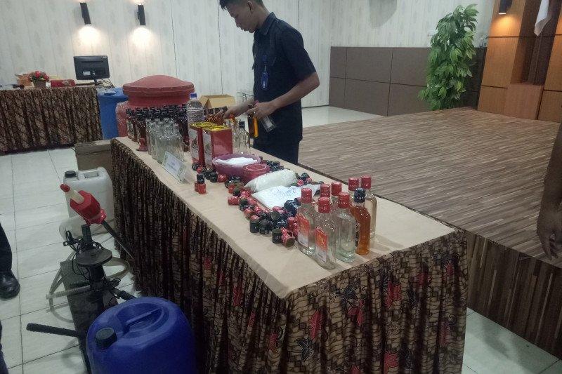 Bea cukai Palembang sita ribuan minuman keras palsu