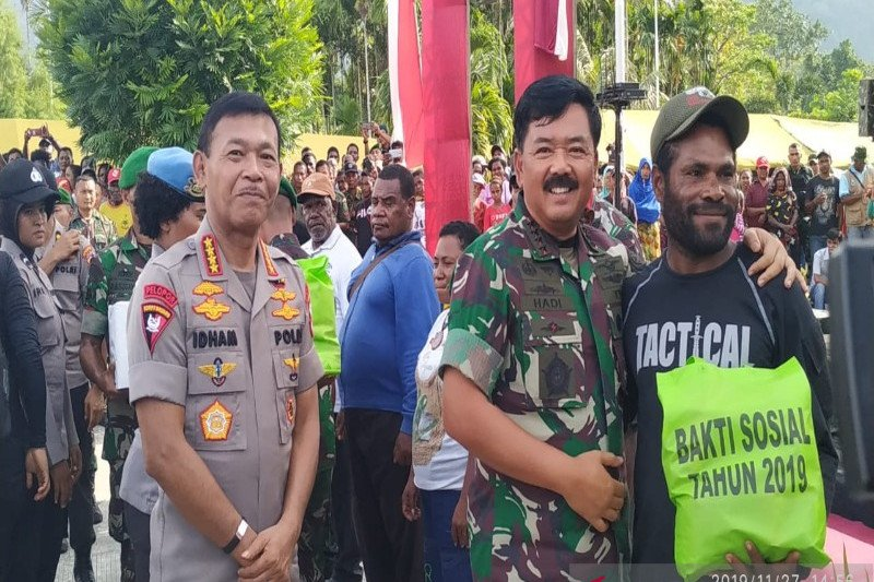 Panglima TNI dan Kapolri pantau penerjunan prajurit di Bandara Timika