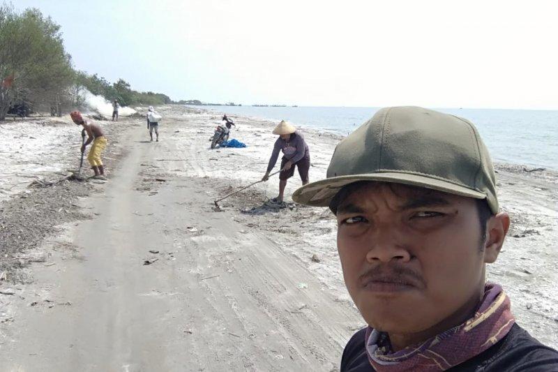 Widianto jaga kebersihan pantai di Lampung Timur